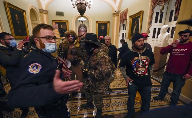המפגינים בתוך מבנה הקפיטול, השוטרים על ידם חסרי אונים (צילום: AP)