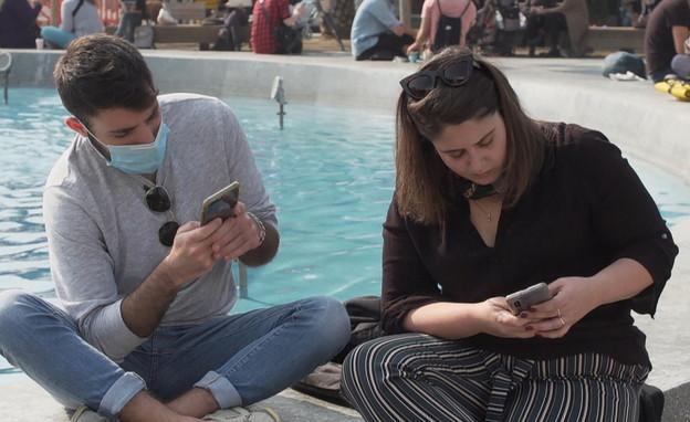 ההתמכרות לטלפונים (צילום: חדשות 12)