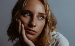 בחורה מהרהרת (צילום: marco-testi  unsplash)