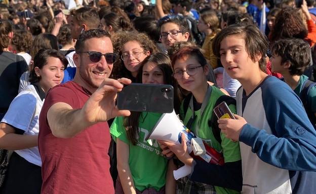 איציק שמולי בהפגנה של מועצת תלמידים נגד שר החינוך, (צילום: ישי בקארי)