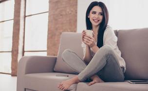 אישה שותה קפה בבית (צילום: Roman Samborskyi, shutterstock)
