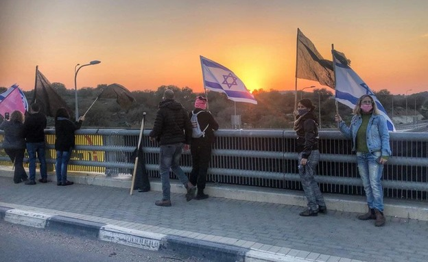 הפגנה נגד נתניהו בגשר הושעיה (צילום: N12)