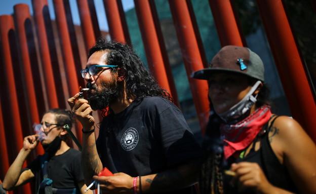 פעילים בעד לגליזציה מוחים מול בית הסנאט במקסיקו (צילום: reuters)