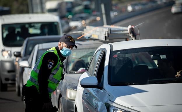 מחסום, שוטר, סגר, קורונה, ישראל, משטרה (צילום: יונתן זינדל, פלאש 90)