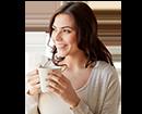 1- אישה עם כוס קפה (צילום: shutterstock By Syda Productions)