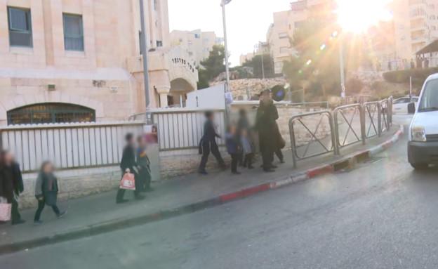 ילדים בדרך לתלמוד תורה (צילום: החדשות 12)