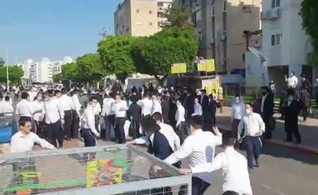 צפו: עימותים בין שוטרים לאנשי הפלג הירושלמי באשדוד (צילום: חדשות)