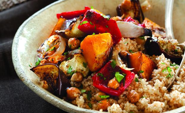 """קדרת ירקות וחומוס באריסה (צילום: דן לב, """"המטבח הצמחוני"""", על השולחן)"""
