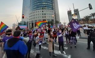 """מפגינים בצומת עזריאלי נגד סגירת """"בית דרור"""" (צילום: כוח לעובדים)"""