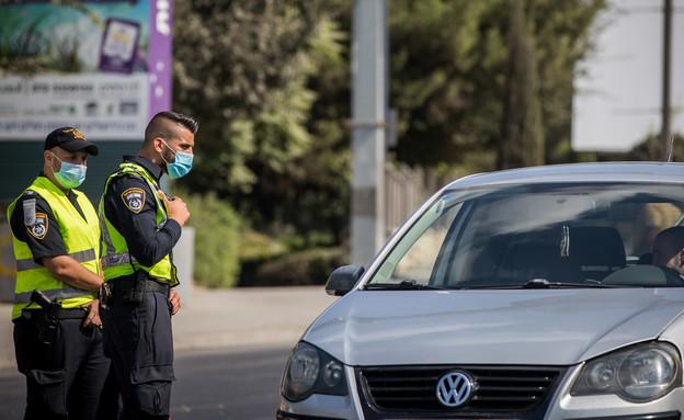 מחסום משטרתי בסגר החגים (צילום: יונתן זינדל, פלאש 90)