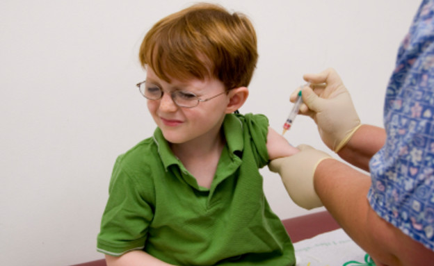 ילד בירוק עם משקפיים ופרצוף חמוץ מקבל זריקה בזרוע (צילום: Liza McCorkle, Istock)