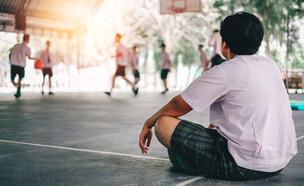 ילד מסתכל בחבריו משחקים כדורסל (אילוסטרציה: AN Photographer2463, shutterstock)