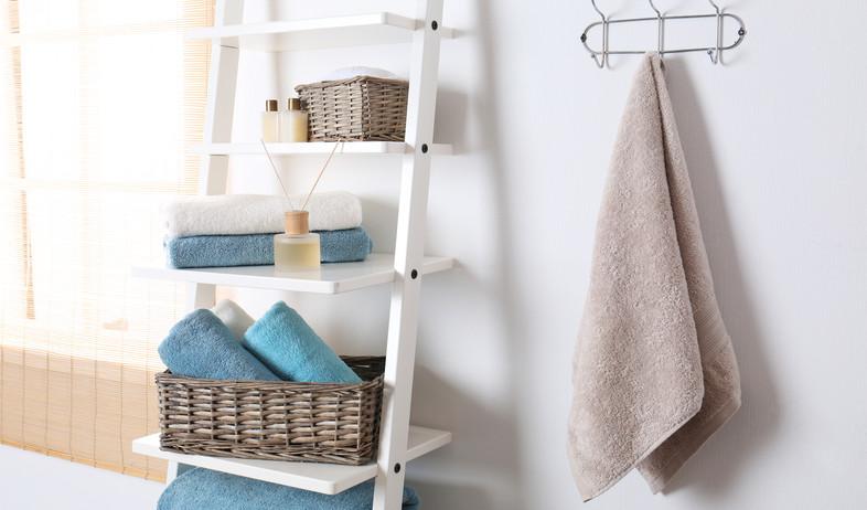 חדר רחצה, מגבות מקופלות (צילום:  New Africa, Shutterstock)