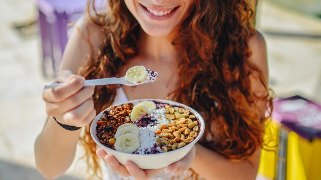 אישה אוכלת (צילום:  MikaHolanda, shutterstock)