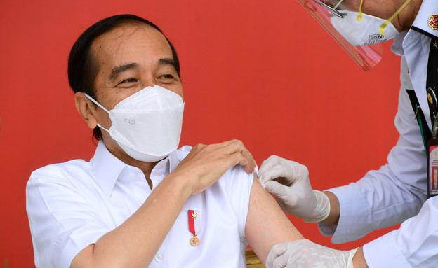 נשיא אינדונזיה מתחסן (צילום: רויטרס)