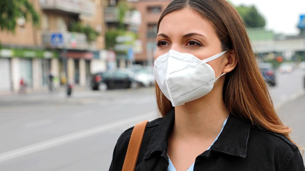 אישה עם מסכת 2FFP (צילום:  Zigres, shutterstock)