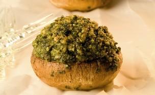 פטריות ממולאות בפירורי לחם וגבינת פרמזן (צילום: נלי שפר,  יחסי ציבור )