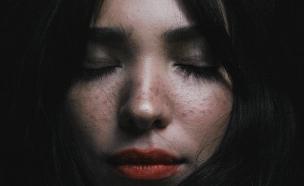 נערה עוצמת עיניים (צילום: zulmaury-saavedra-in-unsplash)