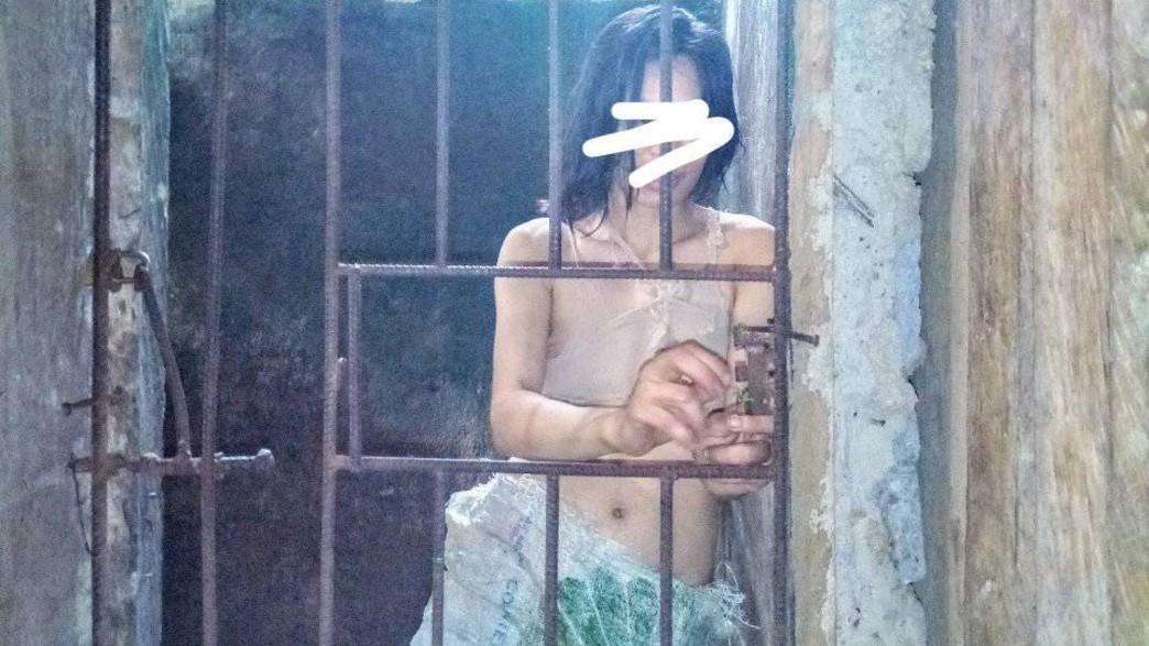 אישה כלואה בכלוב בפיליפינים (צילום: @pinoytrendingtv)