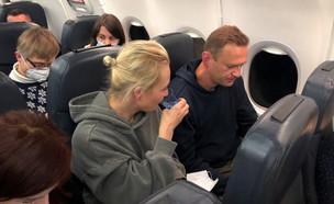 אלכסיי נבלני במטוס בדרכו חזרה לרוסיה (צילום: reuters)