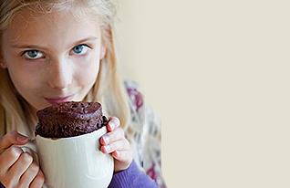 5- ילדה עם ספל (צילום: istockphoto)