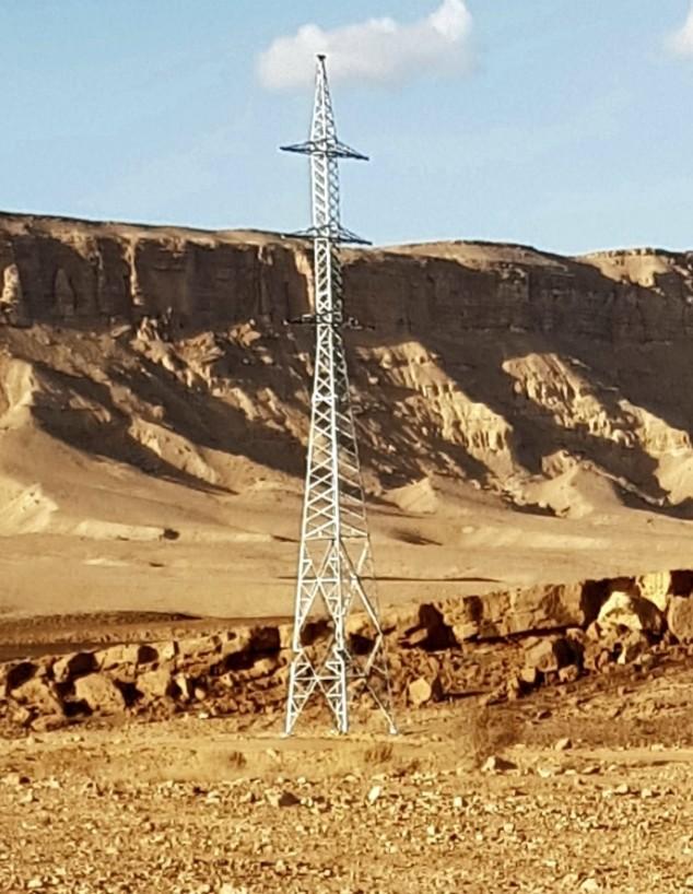 עמודי חשמל במכתש רמון (צילום: איתי ענר)