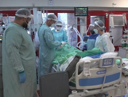 תיעוד של העומס במחלקת הקורונה בבית החולים לניאדו (צילום: החדשות 12)