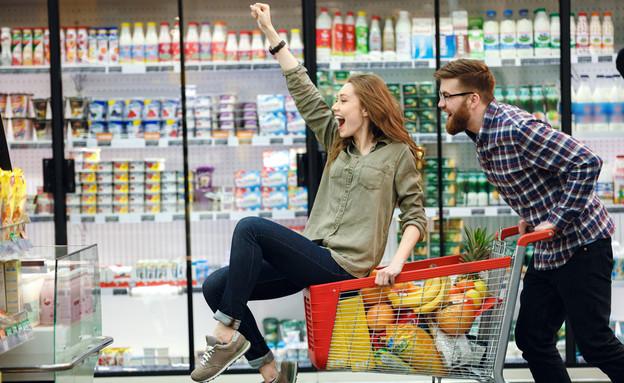 זוג שמח עושה קניות (צילום: Dean Drobot, shutterstock)