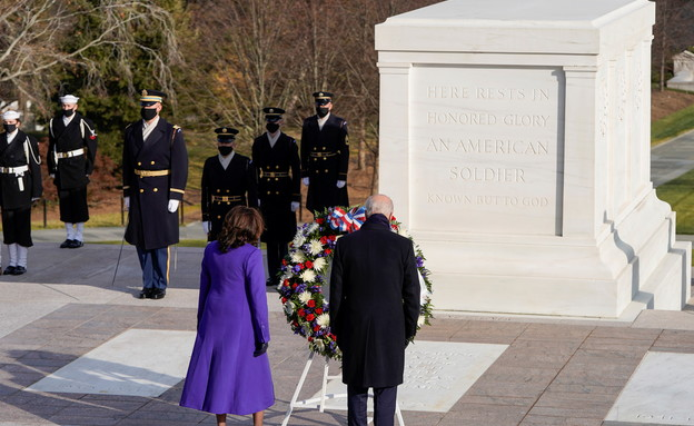 ביידן והאריס מניחים זר באנדרטת החייל האלמוני (צילום: רויטרס)
