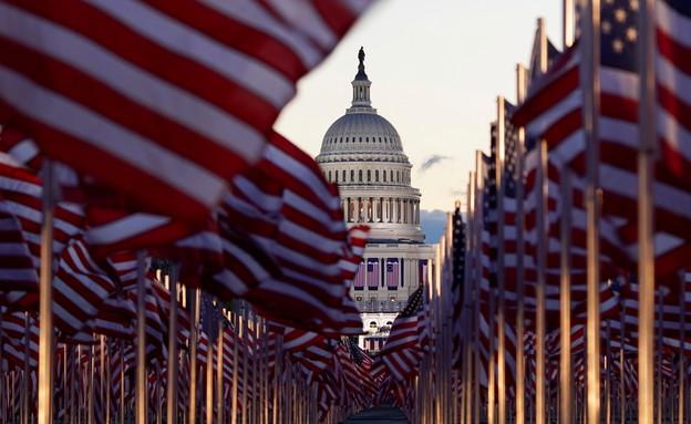 מאות אלפי דגלים במקום קהל בטקס ההשבעה של ביידן (צילום: רויטרס)