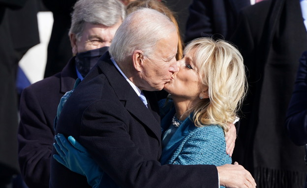 ג'ו ביידן וג'יל ביידן בנשיקה לאחר ההשבעה (צילום: רויטרס)