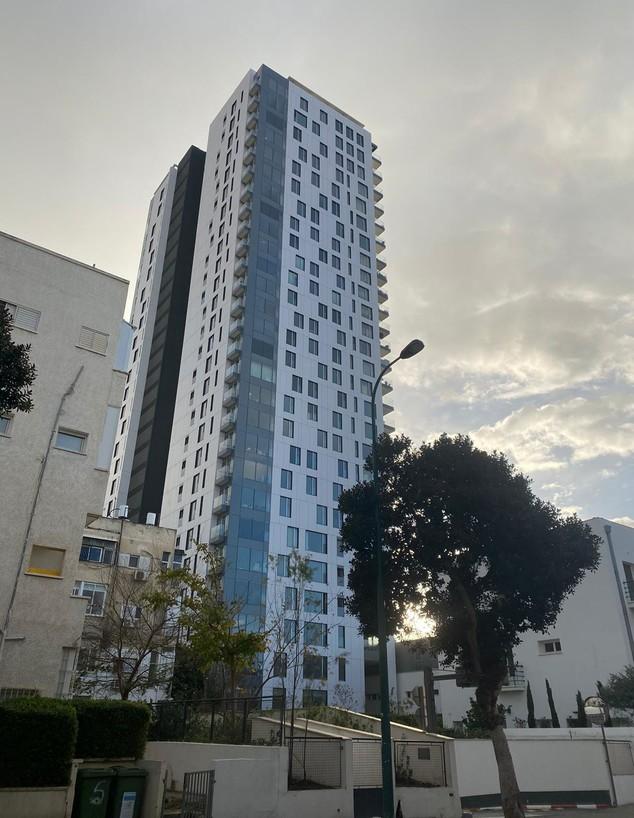 בניין אסותא וילג' בתל אביב (צילום: אור אליעז)