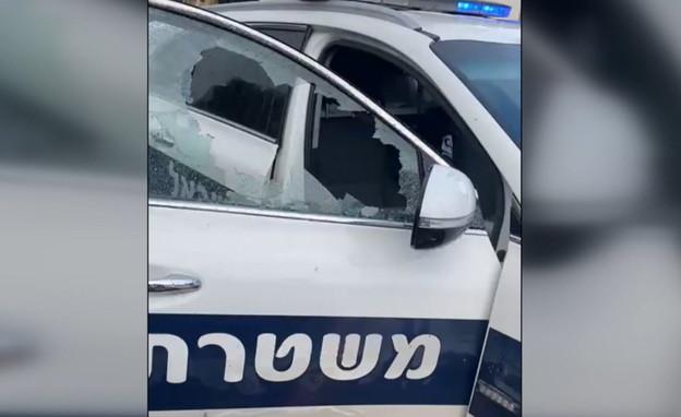 אבן שהושלכה לעבר ניידת משטר (צילום: באדיבות דוברות המשטרה)