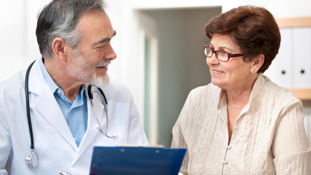רופא ומטופלת מבוגרת (צילום: Alexander Raths, shutterstock)