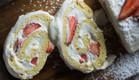 רולדת וניל עם קרם מסקרפונה ותותים  (צילום: קרן אגם, אוכל טוב)