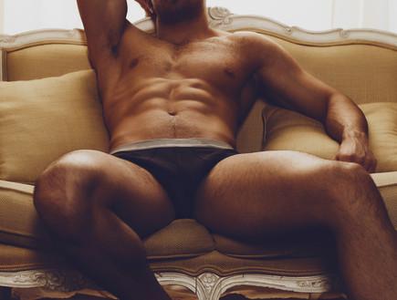 גבר על ספה (צילום: Nevskii Dmitrii, Shutterstock)