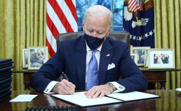 ג'ו ביידן חותם על צווים (צילום: רויטרס, שי פרנקו, רויטרס)
