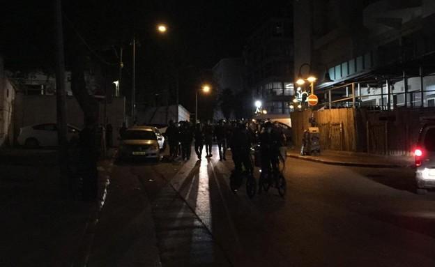 שוטרים רבים בכניסה על מתחם חסידות ויזניץ בבני ברק (צילום: מחאת החרדים הקיצוניים)