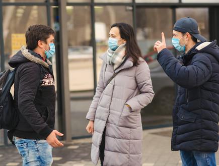 אנשים עם מסכות (צילום: Volurol, shutterstock)