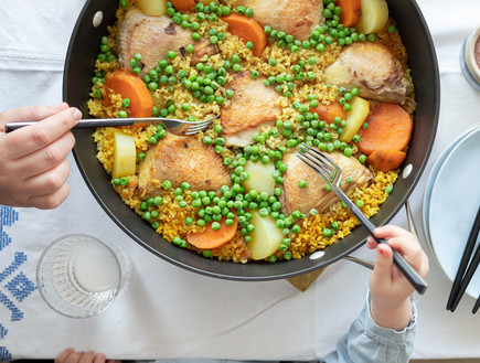 עוף, אורז מלא וירקות בסיר אחד
