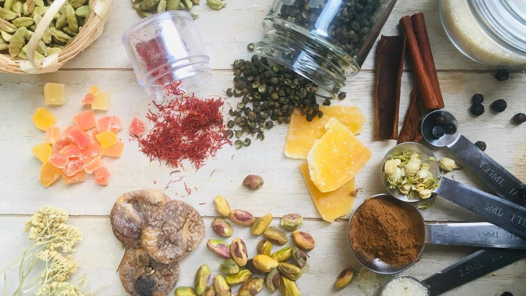 תבלינים ופירות יבשים (צילום: merve-sehirli-nasir, unsplash)