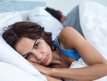 אישה במיטה (צילום:  wavebreakmedia, shutterstock)