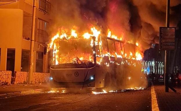 אוטובוס הוצת בבני ברק (צילום: דוברות המשטרה)
