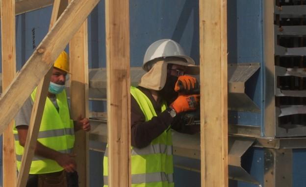 עובדי בניין חרדים בחברה חשמל (צילום: N12)