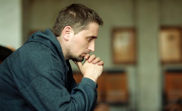 גבר בדיכאון (צילום: spixel, Shutterstock)