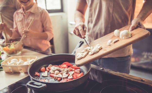 בישול (צילום: shutterstock By George Rudy)