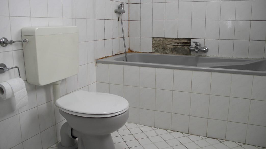 חדר אמבטיה ישן עם אריחי קרמיקה שבורים (אילוסטרציה: mahc, shutterstock)