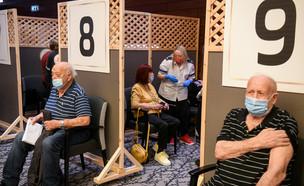 קשישים מקבלים חיסון בבית האבות מגדלי הים התיכון (צילום: פלאש 90)