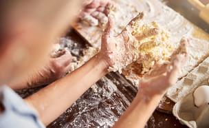ידיים מלוכלכות בבצק (צילום: Svitlana Hulko shutterstock)
