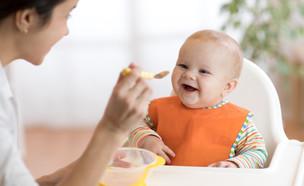 תינוק אוכל (צילום: shutterstock By Oksana Kuzmina)